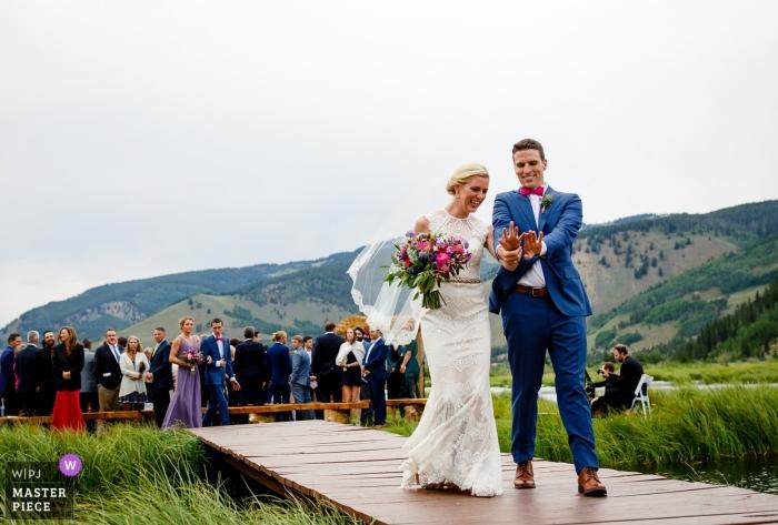 Vail, Colorado Hochzeitsphotographie der Braut und des Bräutigams, die Ringe nach Zeremonie im Freien überprüfen Hochzeitsmomente in CO festhalten