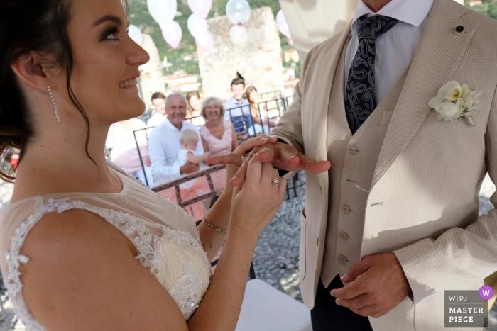 Cerimonia di cerimonia nuziale all'aperto a Malcesine, Italia
