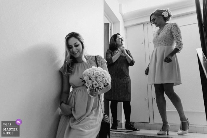 Hérault preparando la imagen de las damas de honor saliendo de la casa   Fotografía de boda de mujeres preparándose.