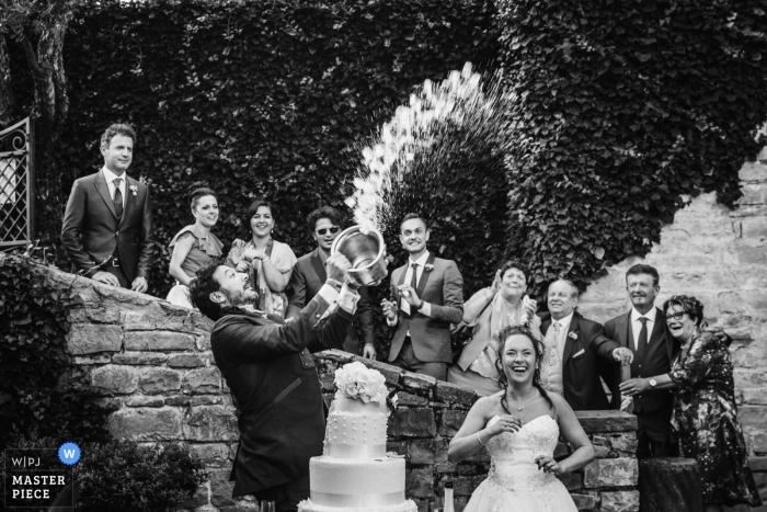Marches photo de la réception de mariage des jeunes mariés sur le gâteau avec les invités du mariage