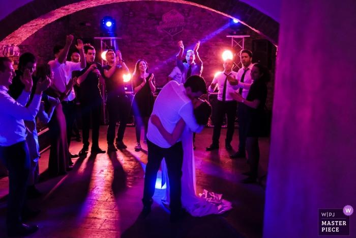 Fotografía de la recepción nupcial de una pareja bailando y sumergiéndose   Italia tenuta Serradesca bodas