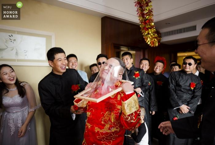 Dokumentalna fotografia ślubna twarzy pana młodego rozbijająca się w Yulin