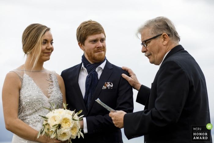 Fotos de una pareja durante los discursos en la ceremonia por un fotógrafo de bodas de Lausana, Suiza.