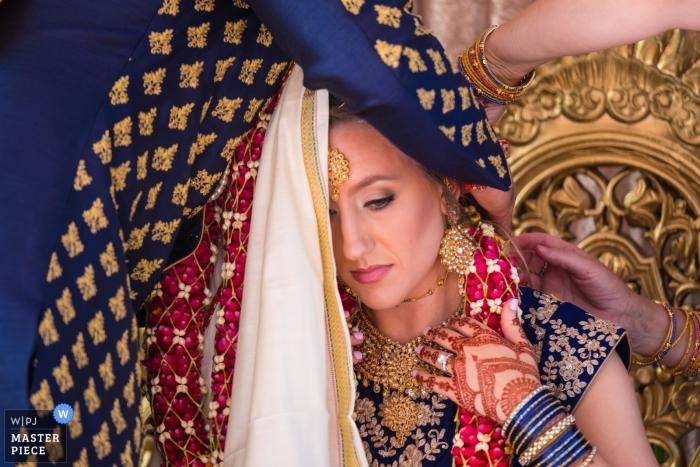 El Dearborn Inn, Dearborn, MI | preparando a la novia antes de la ceremonia