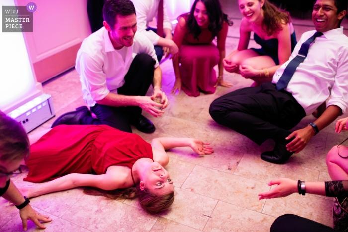 Rhode Island während der Hochzeitsfeier auf der Tanzfläche mit rosa Lichtern