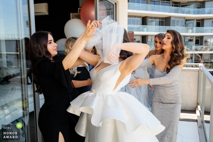 Documental de Melbourne foto de la boda de la novia atrapada en el velo: poniéndose el velo, la novia toda enredada.