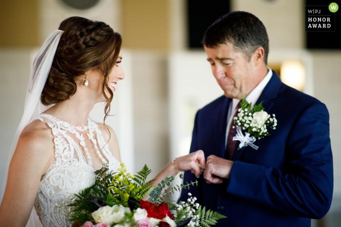Sesión de fotos de boda de la novia con papá | Baldoria en el agua
