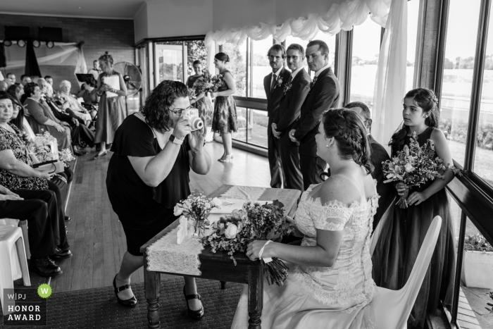 Photographie de mariage à Melbourne de l'invité du mariage qui doit également obtenir la photo