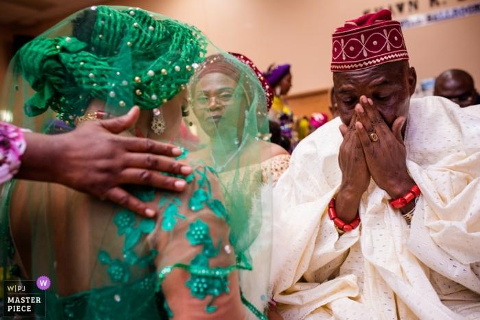 Fotografía de la ceremonia de boda en Chicago, Illinois | Papá se emociona durante la ceremonia