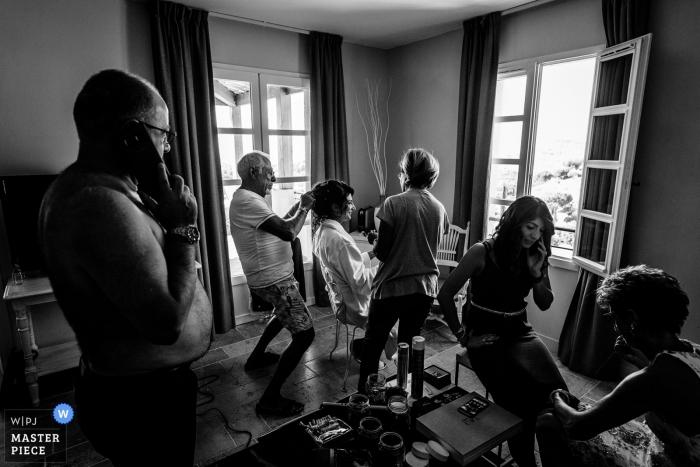Occitanie preparando la imagen de la novia haciéndose el cabello | fotografía de boda en blanco y negro