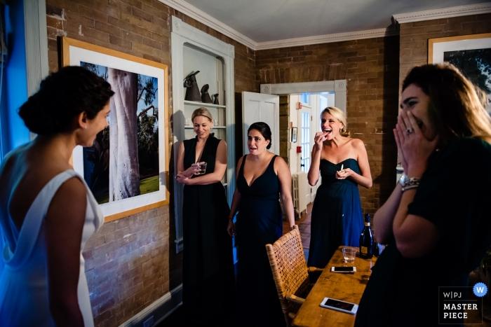 Lenox, fotografo di matrimoni del Massachusetts | prima della cerimonia con la sposa che condivide l'abito con le sue damigelle