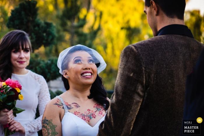 San Diego, CA, les mariés pendant la cérémonie de mariage voeux dehors