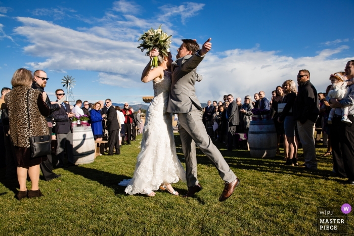 De bruid en bruidegom borst bult na hun huwelijksceremonie.