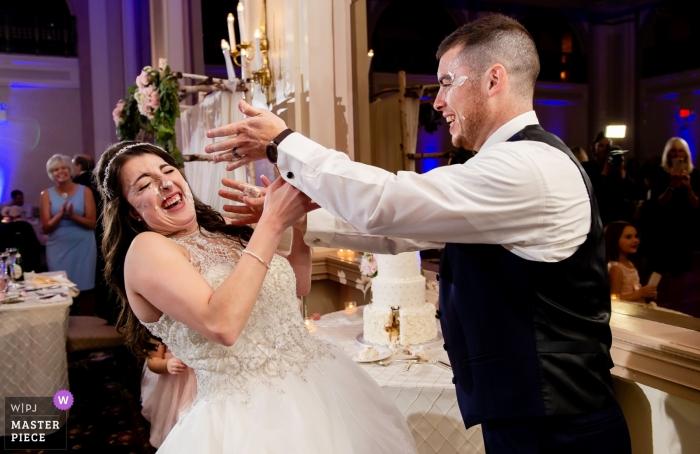 Huwelijksreceptie in het Bethlehem Hotel, PA | Cake Smash met bruid en bruidegom