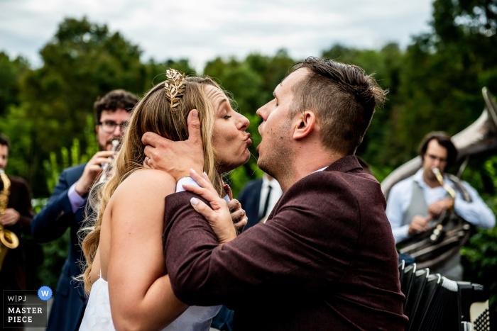 Ślub para całuje w Raritan Inn | New Jersey Wedding Photography