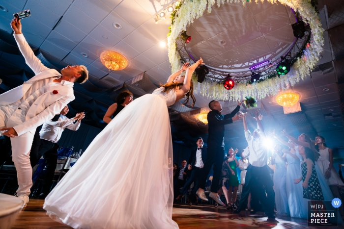 Fiesta de recepción de bodas en Garden Grove, CA - A veces, los hombres también quieren atrapar el ramo