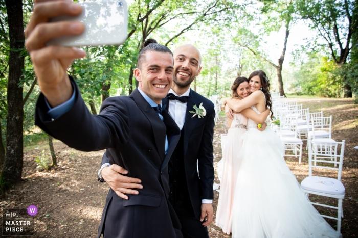 Cérémonie de mariage en plein air à l'Agriturismo Collina Toscana Resort - un selfie avec des amis