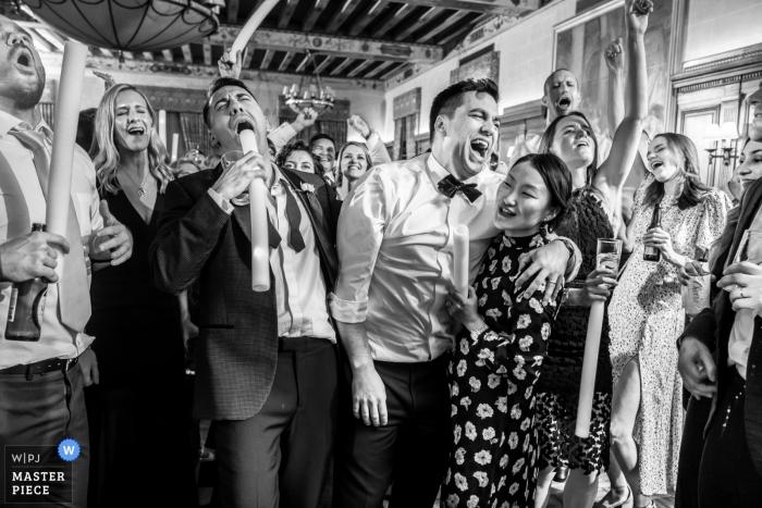 """Detroit Athletic Club Hochzeitsempfang - Gäste singen """"Sweet Caroline"""" auf der Tanzfläche"""