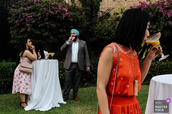 Ciudad de Oaxaca, Oaxaca, México Hora de cóctel en esta fiesta de recepción de bodas en el césped al aire libre