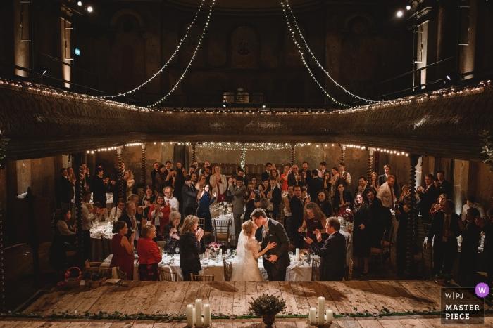 威爾頓音樂廳婚禮接待照片的新娘和新郎在大廳裡充滿了客人