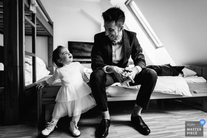 Gyongyossolymos, Hongarije bruiloft - de bruidegom en zijn dochter uren voor de bruiloft
