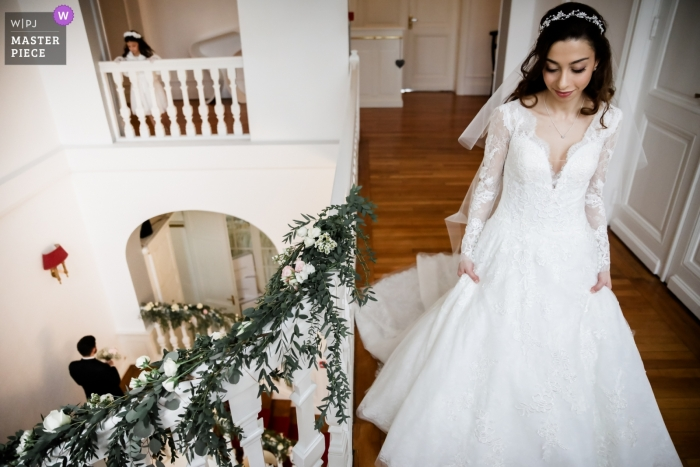 Le Château Blanc d'Olivier Sinic wedding photography - the bride is about to come downstairs after getting dressed