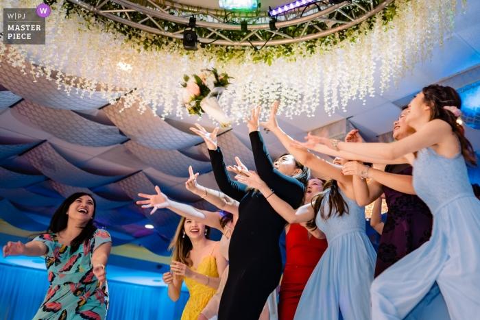Fotografía de bodas en Garden Grove, CA para recepciones: ¿Quién es el siguiente en atrapar el ramo?