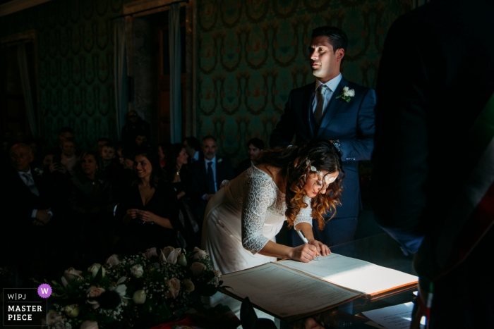 Siracusa wedding photography - Bride and Groom put their Signatures on the marriage certificate