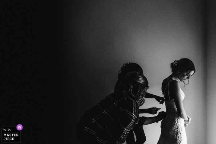 Fotografia di matrimonio a Jackson, MS | La sposa sta entrando nel vestito