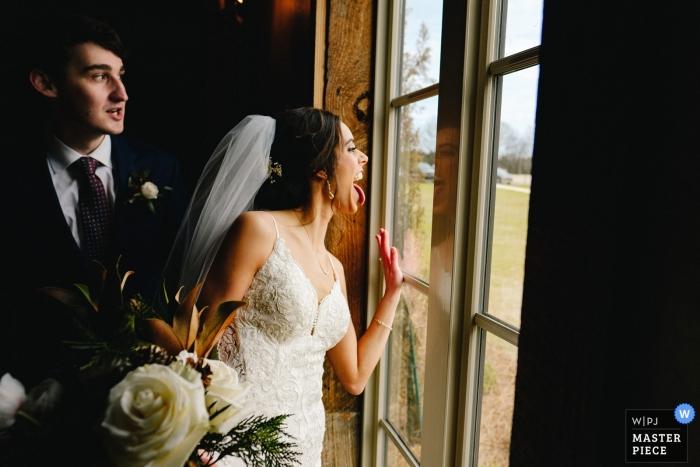 Jackson, MS Hochzeitsfotograf - Braut drückt Gäste außerhalb des Hochzeitsortes aus