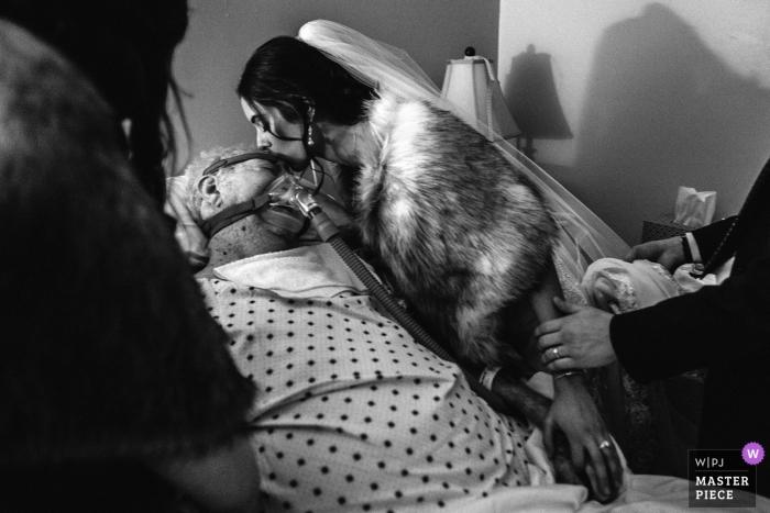 Jackson, MS Hochzeitsfotografie | Eine Braut besucht ihren Großvater im Hospiz, kurz nachdem sie verheiratet ist