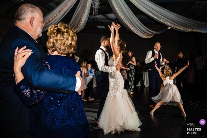 Omaha, NE Hochzeitsfotos der Braut und des Bräutigams, die mit der Familie tanzen