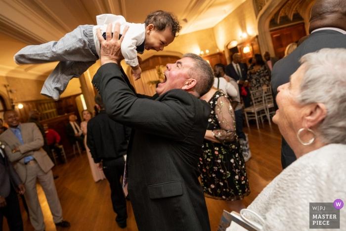 Atlanta Georgia Hochzeitsfotografie - kleiner Junge wird auf der Tanzfläche gehoben
