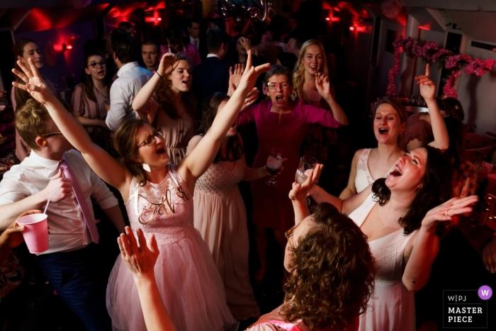Spits boot Leuven wedding photographer: piccola sala, grande festa sulla pista da ballo con le damigelle!