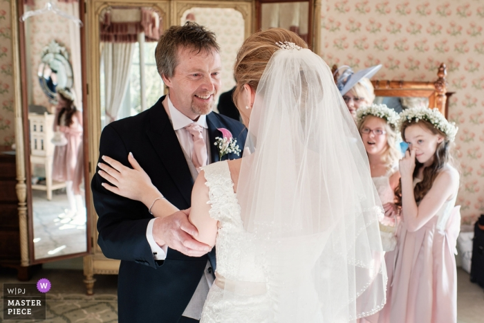Kilworth House, Leicestershire, UK Hochzeitsfotografie | Papas erster Blick auf seine Tochter, die Braut, nachdem sie sich fertig gemacht hat