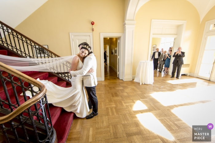 Josephine Butler Parks Center, Washington, DC Braut und Bräutigam im Nachglühen ihres ersten Blicks, als Familie zuschaut