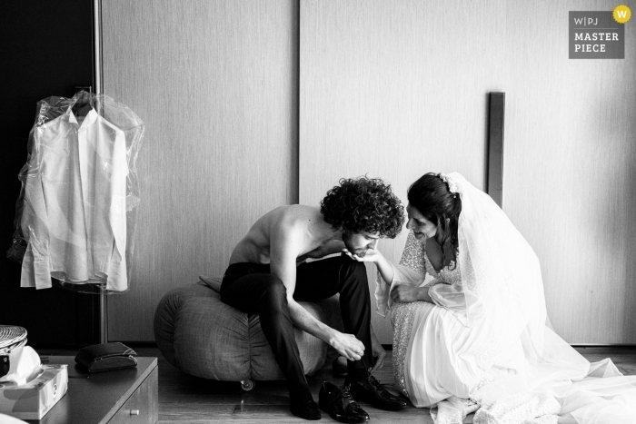 Acireale - Sizilien / La Casa del Grecale Hochzeitsfotograf | Es ist ungewöhnlich, aber Braut und Bräutigam bereiten sich mit einer großen und spürbaren Emotion in der Luft vor.