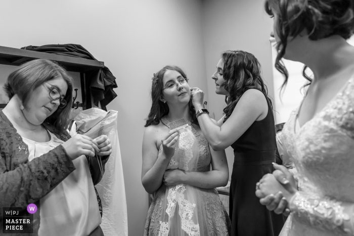 San Diego, California - Japanese Friendship Garden wedding photographer | The brides sisters helping her get ready before the ceremony