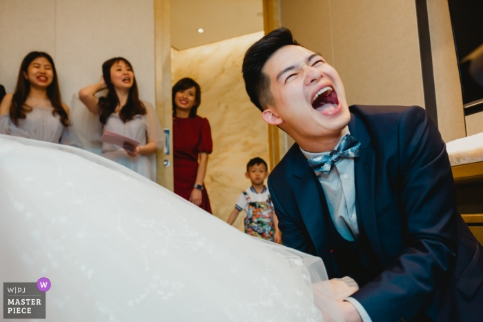 Wedding photography in FUZHOU, CHINA - GROOM HELP BRIDE PUT ON THE WEDDING SHOES.