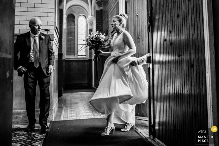 Chicago - de fotografie van de het huwelijksceremonie van heilige michael kerk de vader van de bruid ziet zijn dochter in de kerk