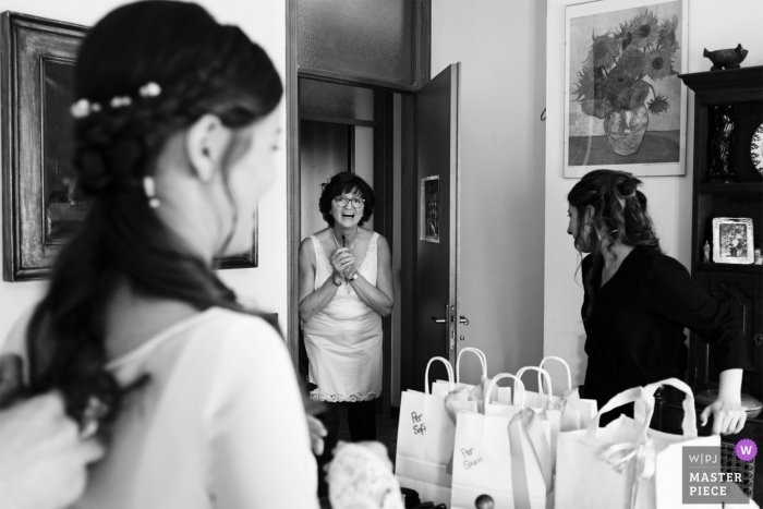 Villa Mazzotti - Chiari fotógrafo de bodas | La primera mirada de la mamá a la hija con vestido de novia.