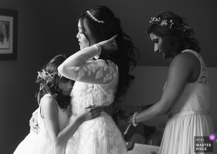 Strathmere Ottawa Canada Photo de la mariée Se préparer avec une demoiselle d'honneur et une demoiselle d'honneur