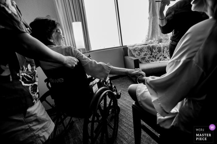 MEER TAHOE huwelijksfoto van het klaar worden van mama in een rolstoel die haar dochter houdt terwijl zij het doen maakt omhoog