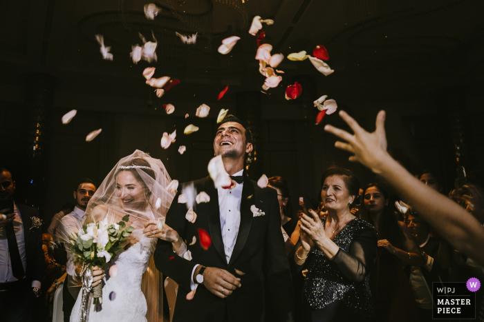 Mersin Divan Hotel trouwdag fotografie toont de bruid en de eerste stap van de bruid naar de trouwlocatie