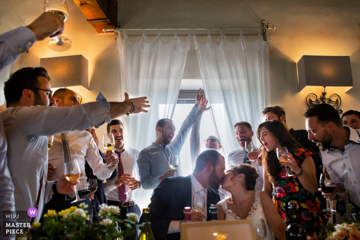Parco di Montebello - Salvarano wedding photographer - A toast with friends at the reception dinner party