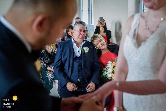 Fotografía de la ceremonia de la boda de Auxerre El padre llorando cuando la novia le puso el anillo a su hija