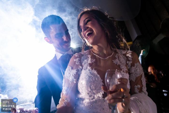 Caracas-huwelijksfoto van Dansende bruid en bruidegom in lichten en mist.