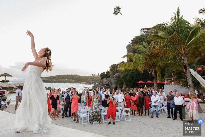 La Toubana - zdjęcie dnia ślubu Gwadelupy z bukietem Launched autorstwa panny młodej na plaży