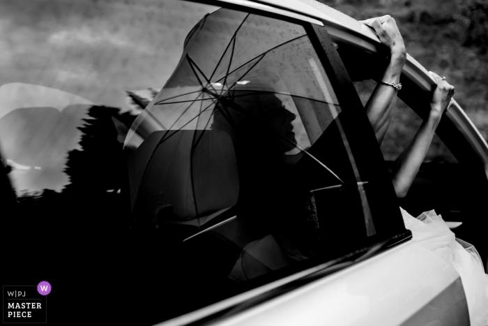iris florist farms- photo de mariage prise pendant que la mariée essayait de sortir de la voiture