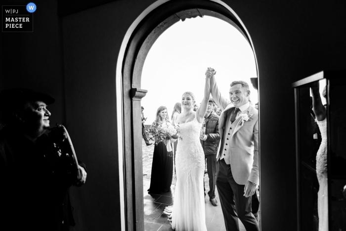 Savoca, Sicilia - esterno Centro Filarmonico - Cerimonia simbolica Fotografia degli sposi in Sicilia nel giorno del matrimonio